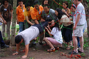 Traveling spider web game teambuilding